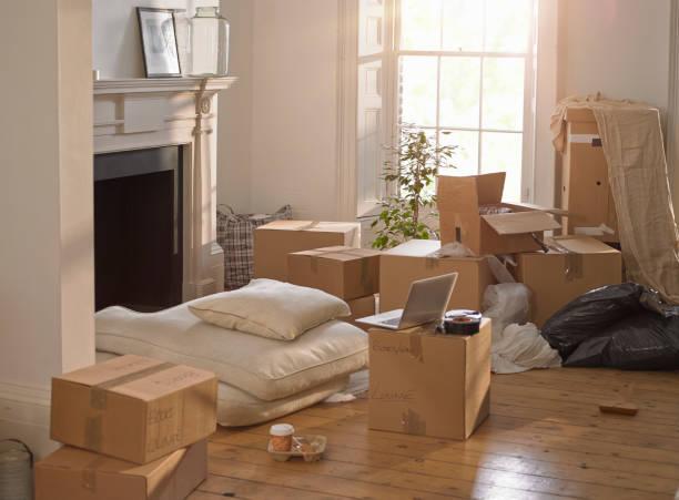 Salon encombré de cartons de déménagement avant la vente d'une maison