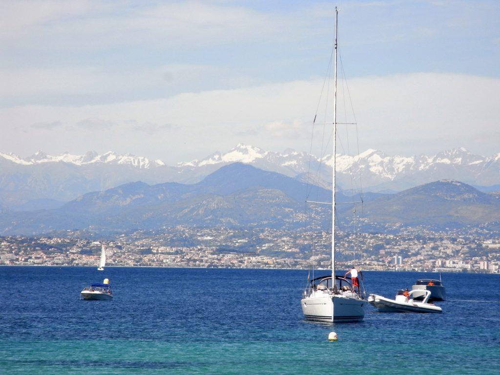 Bateaux sur la mer Méditerranée dans le Sud de la France
