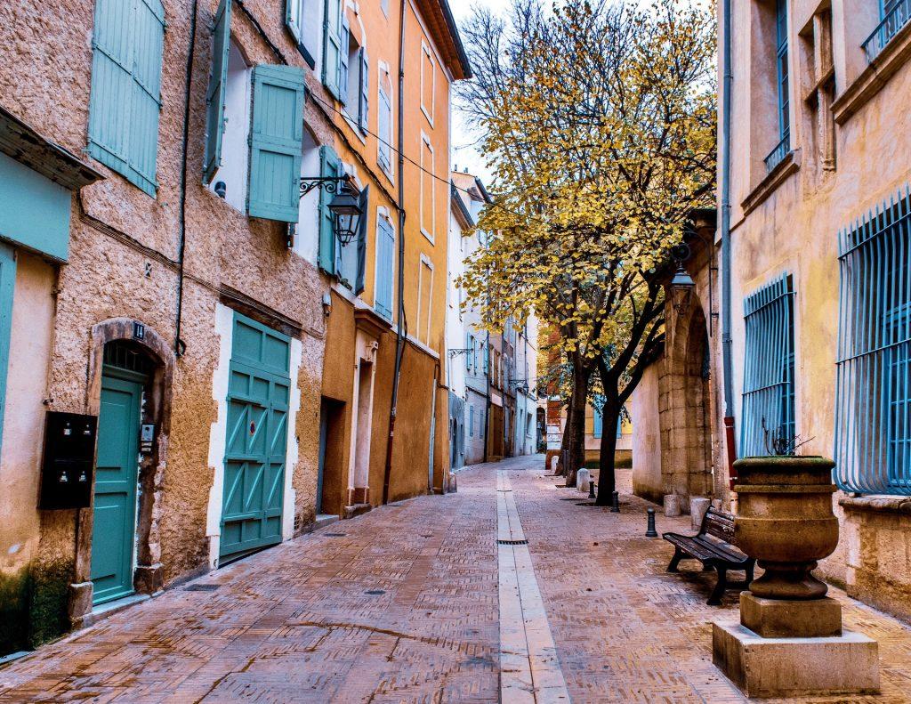 Rue pavée typique de la Provence